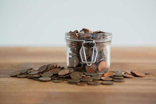Крупный план монет в банке
