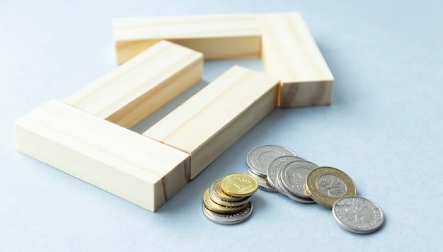 Закройте монеты в стопку монет, концепция роста бизнеса, есть денежные монеты в стопку монет. финансовый риск.