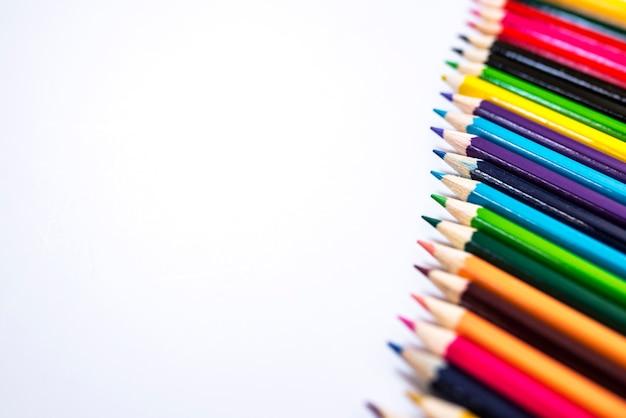 白い背景に色鉛筆のクローズアップ