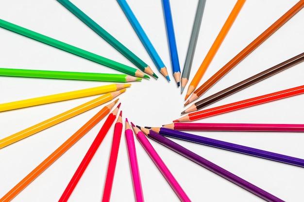 Крупным планом цветные карандаши на белом фоне