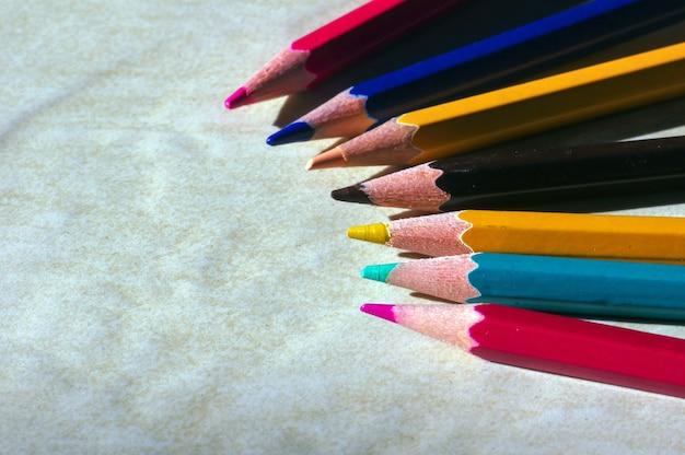 바닥에 그림자가 있는 색연필 클로즈업