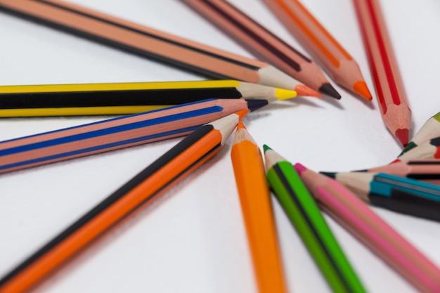 円形に配置された色鉛筆のクローズアップ