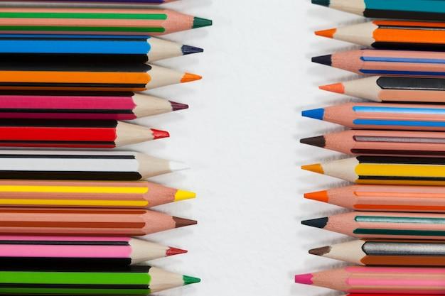 行に配置された色鉛筆のクローズアップ