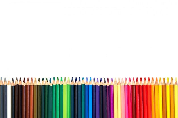 Крупный план цветные карандаши строки на белом фоне