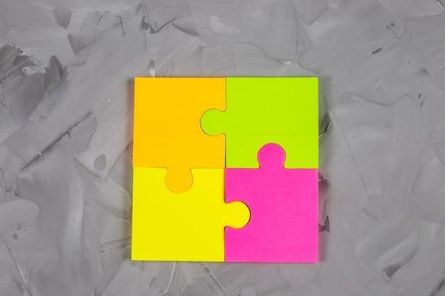 . крупный план цветных липких бумажных наклеек на бетонном столе.