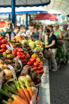 生鮮食品市場で野菜のカラフルな配列のクローズアップ。市場と貿易の概念