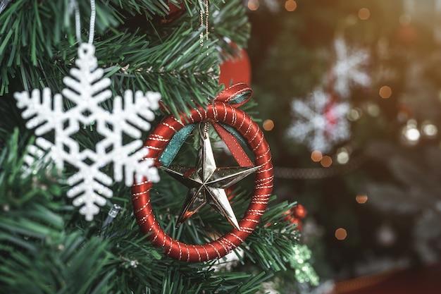 Закройте красочные шары на зеленом украшении фона рождественской елки во время рождества и нового года.