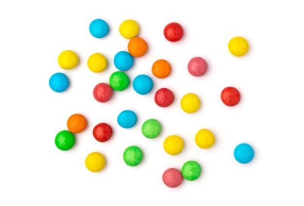 Крупным планом красочные конфеты, изолированные на белой поверхности