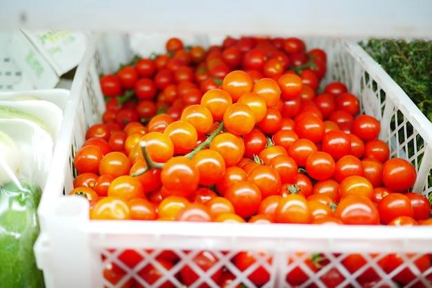 Крупным планом красочные помидоры черри на столе