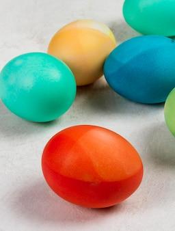 Крупный план разноцветных яиц на пасху