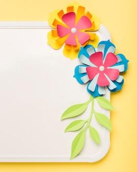 Крупный план красочных бумажных цветов на доске