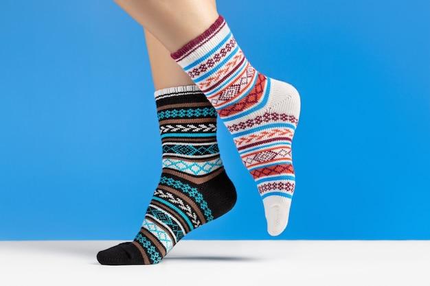 カラフルな柔らかい靴下のクローズアップ。