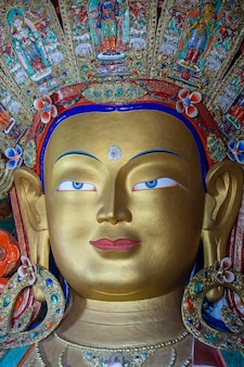 인도 북부 라다크 지역의 산 마을 레 근처 티베트 불교 틱시 수도원에서 다채로운 미트레야 부처상을 닫습니다
