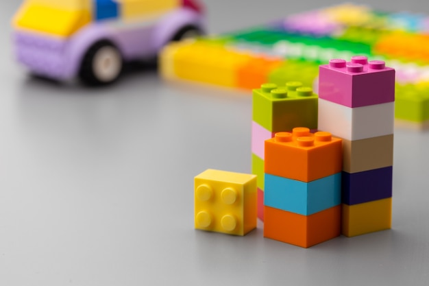 Крупным планом красочные детали конструктора игрушек