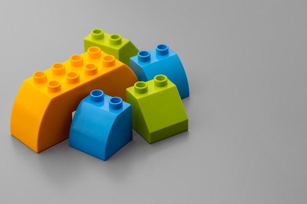 カラフルなおもちゃのコンストラクターの詳細のクローズアップ