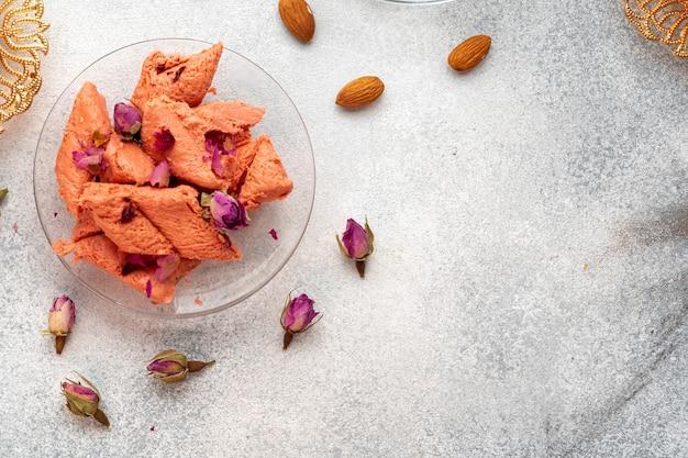 Крупным планом красочные турецкие сладости халва на серой поверхности