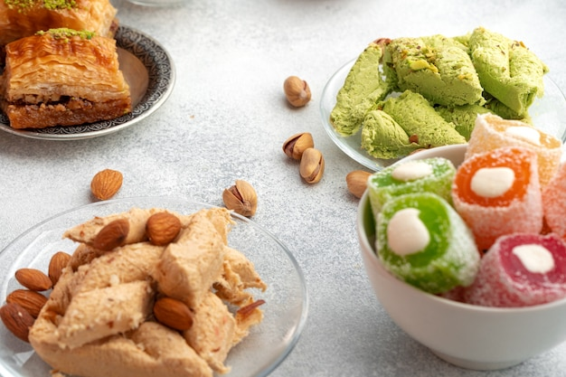 회색 표면에 화려한 터키 할바 과자 클로즈업