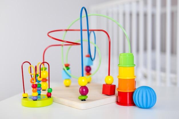 탁자 위에 있는 다채로운 나무와 플라스틱 장난감 클로즈업