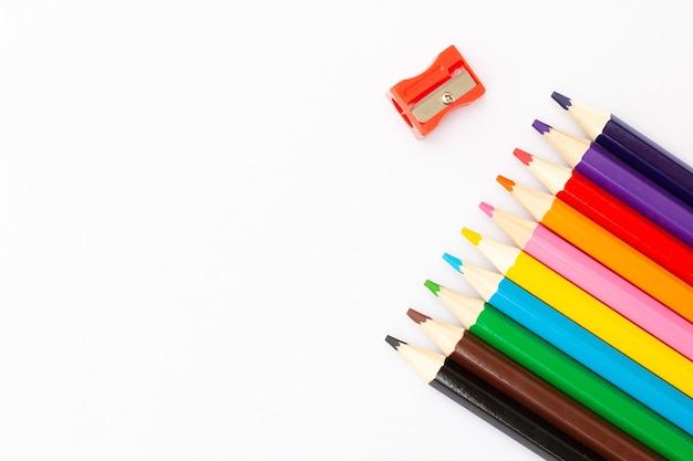 흰색 배경에 고립 된 컬러 연필 닫습니다.