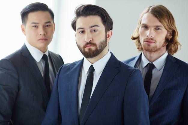 Крупным планом концентрированного бизнесменов