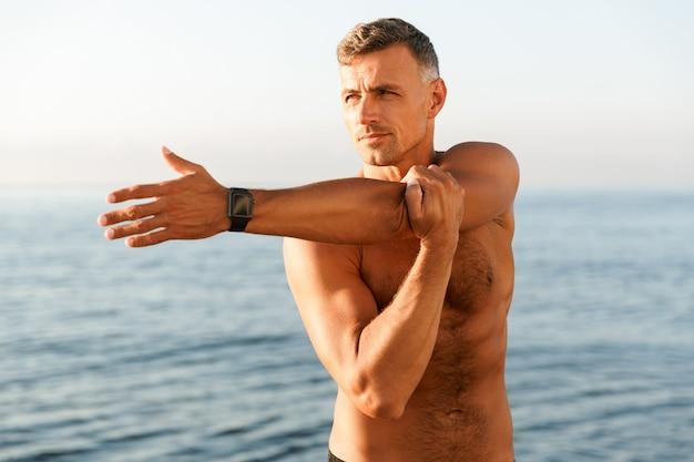集中した上半身裸のスポーツマンのクローズアップ