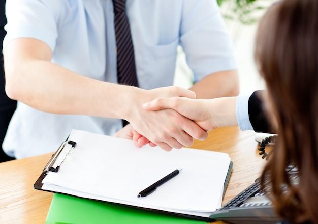 Завершение заключения договора между предпринимателем и женщиной