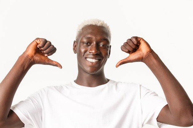 Крупный план уверенного в себе красивого афроамериканского блондина, указывающего на себя гордого и напористого