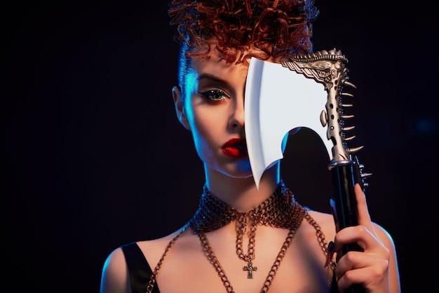 棘と鋭い斧を維持して自信を持って戦士の女の子を閉じます。