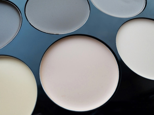 메이크업 컨투어링의 클로즈업, 다양한 색상의 컨실러 세트. 뷰티 개념입니다.