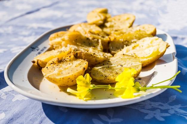 Крупный план вареного картофеля на тарелке