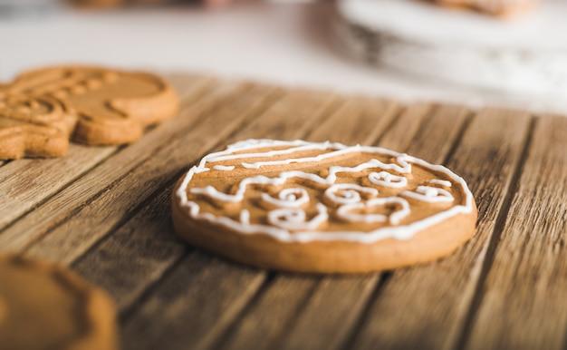 クリームで飾られたクッキーのクローズアップ