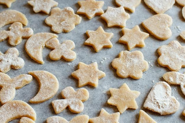 紙の上でオーブンの前にクッキーのクローズアップ