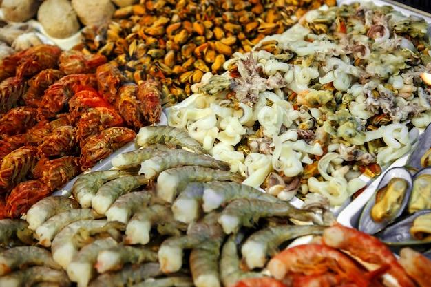 Крупный план охлажденных морепродуктов в магазине рыбного магазина
