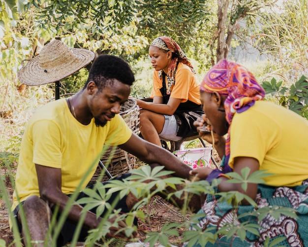 Крупным планом сельских рабочих вместе