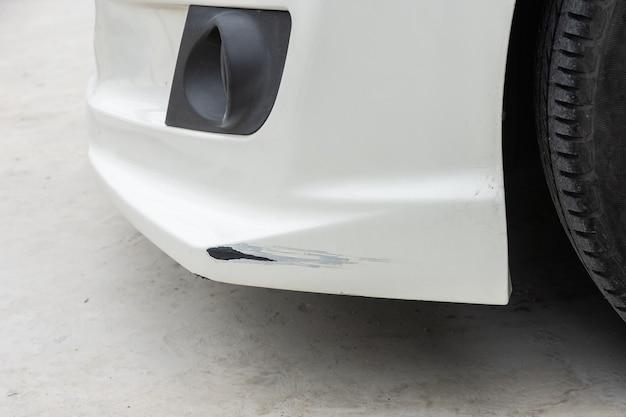 페인트에 균열이 심하게 생긴 충돌한 자동차 앞 부분의 클로즈업