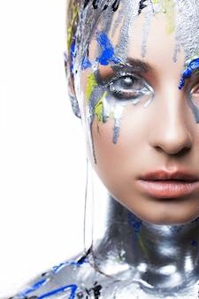 Крупный план творческого макияжа на красивой чувственной девушке