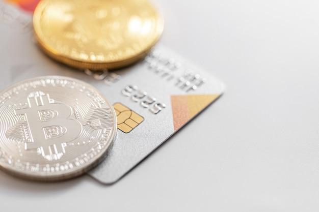 クレジットカードとビットコインのクローズアップ