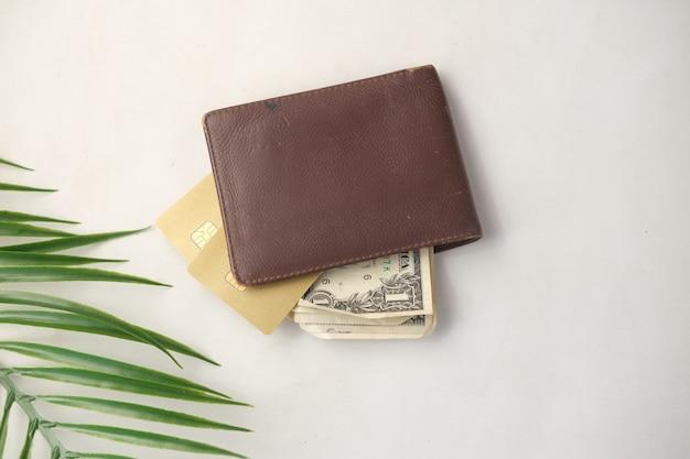 탁자 위의 지갑에 있는 신용 카드와 현금 클로즈업