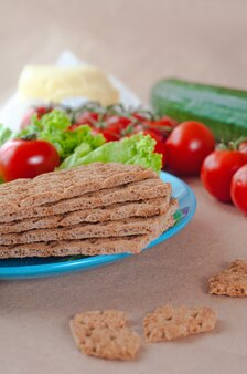 Закройте хлебцы на тарелке