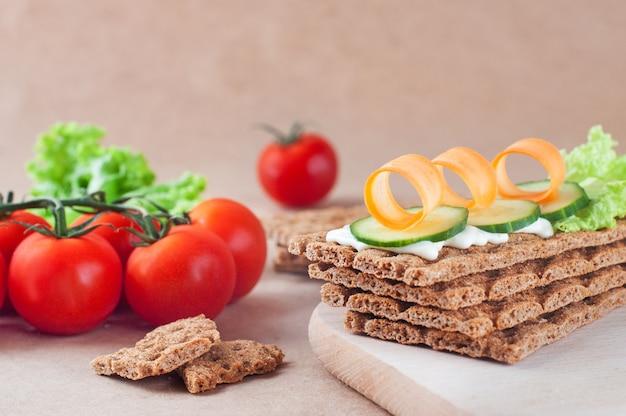 Заделывают хлебцы с овощами