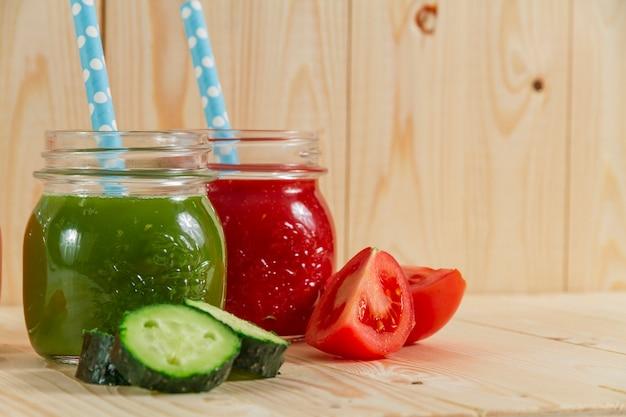 Крупным планом огурец и томатный сок