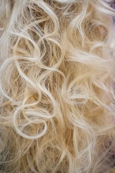 곱슬 금발 머리의 클로즈업