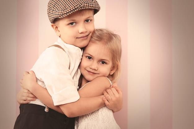 かわいい男の子と女の子のクローズアップ