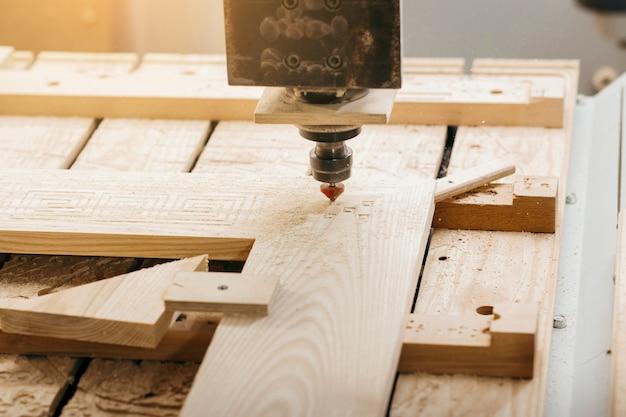 Крупным планом резки дерева на фрезерный станок с чпу в гараже