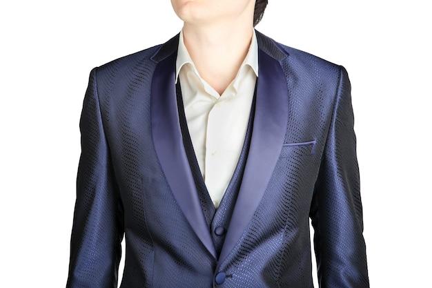白い背景で隔離の紺色の男性の結婚式のスーツのジャケットのクローズアップ。