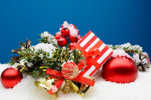 싸구려와 하얀 눈에 선물 상자 구성 장식 종소리의 클로즈업.