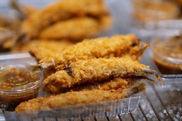 Закройте вверх глубокого зажаренного рынка еды улицы рыб корюшки shishamo тайского