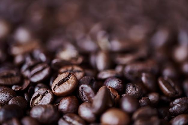 Крупным планом расфокусированные зерна кофе