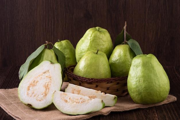 新鮮な緑の葉で設定されたおいしい美しいグアバのクローズアップ
