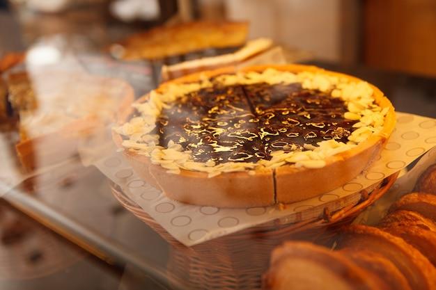 ベーカリー小売ディスプレイのおいしいケーキのクローズアップ